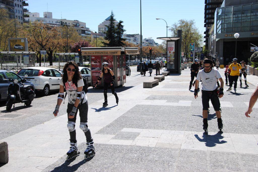 Aprendiendo a patinar por zona urbana