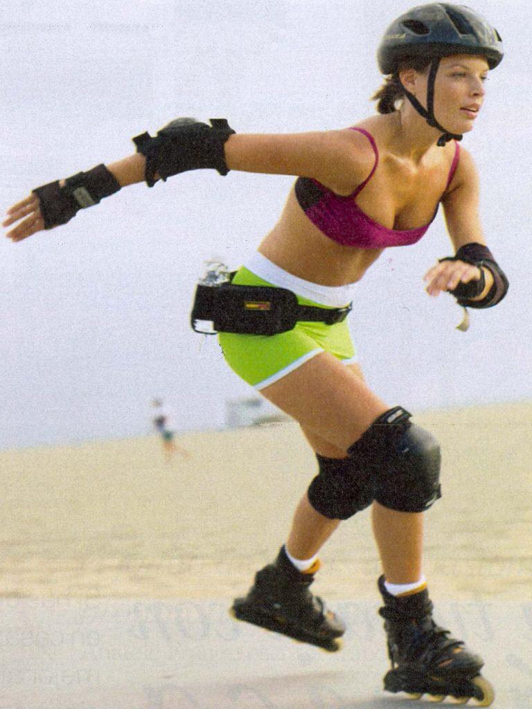 Chica aprendiendo a patinar en línea rápido y divirtiéndose con 5 pasos