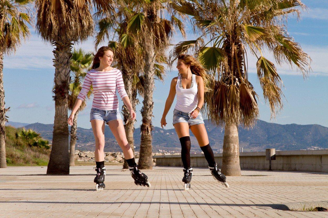 Dos jovenes patinando por la ciudad de forma rápida y divertida