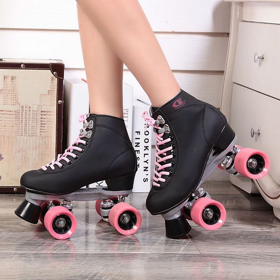 Patinadora en la tienda de patines 4 ruedas
