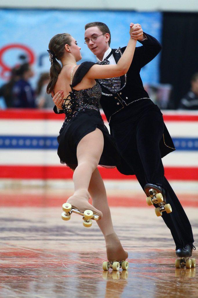 Pareja de concursantes expertos con sus patines 4 ruedas artísticos