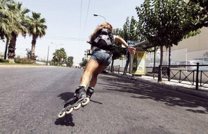 Despues de comprar sus patines en línea va a gran velocidad
